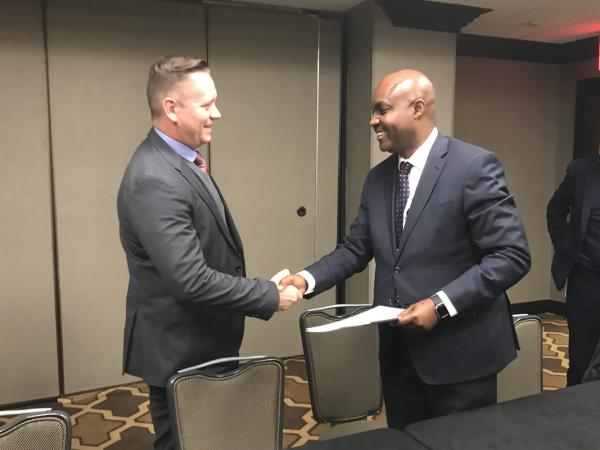 Vodacom Business Nigeria MD Lanre Kolade (right) shakes on the deal with Hans Geldenhuys, Intelsat's managing sales director, Africa.